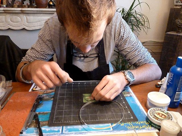 Pierre au travail - Cours de Sertissage à Paris avec Fil Plat et pâte d'argent